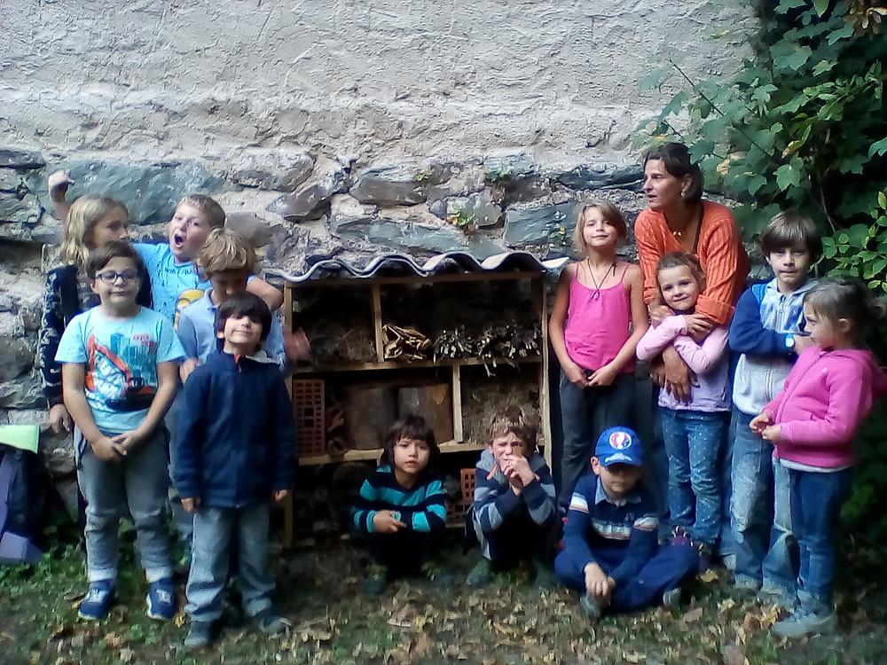 après avoir identifié les petites bêtes et autres trésors de la nature, nous avons construit un hôtem à insectes; Il est installé à l'école. Bienvenus à nos amis les auxiliaires du jardin!