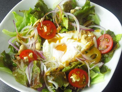 揚げ卵とカシューナッツのサラダ(ヤムカイダーオ)Cashew nuts and fried egg salad