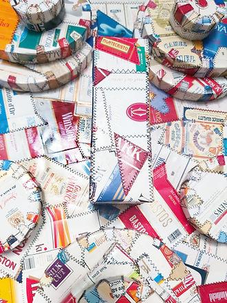 Masque en paquets vintage de cigarette collectionnés,recyclés et cousus sur châssis assemblés.