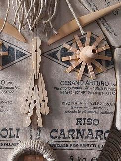 Risotto  Masque en sacs de riz italienVarnarolli recyclés, cousus et assemblés sur châssis, ornementé d'ustensiles Beaux-Arts en boiset pinces à linge en bois, garni de tresses lâchées en ficelle.