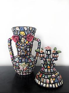 """Statue-vase """"aux boutons de roses""""  Composition en mosaïque de faïence et porcelaine"""