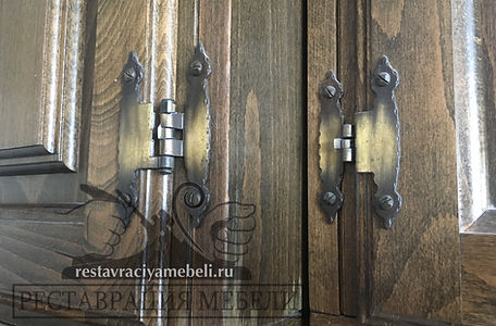 Старые силуминовые петли на Югославской мебели с отломанными ушками и выпавшими штифтами. Выпадают дверцы шкафа, по этому требуют замены