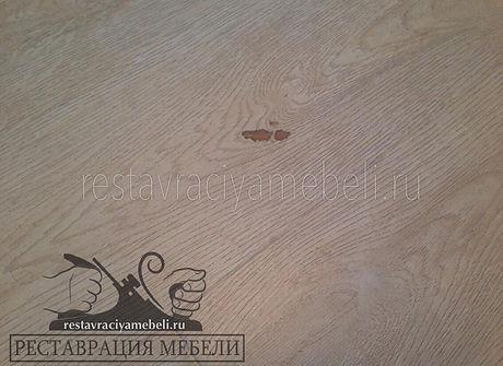 Скол, вмятина на ламинате с текстурой беленый дуб
