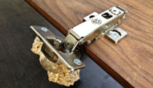Ремонт вырванных мебельных петель у дверцы кухонного шкафа из ЛДСП (ДСП) с выездом мастера на дом по Москве и Подмосковью