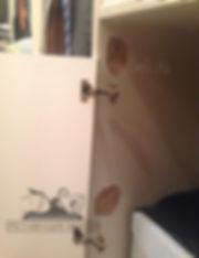 отвалиласть двеца шкафа покрытого белой эмалью