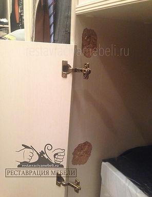 Вырвалась с петлями и отвалиласть двеца шкафа покрытого белой эмалью