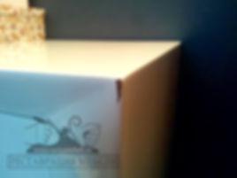 Скол на глянцевой мебели покрытой белой эмалью