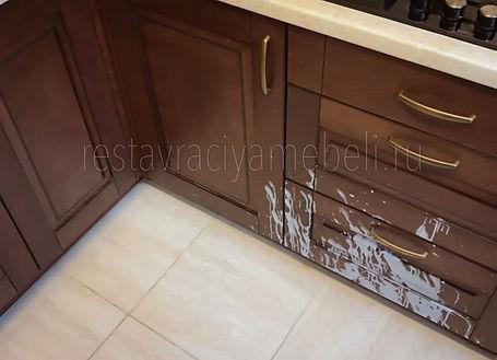 Опракинутая рюмка с алкоголем на кухонные дверки