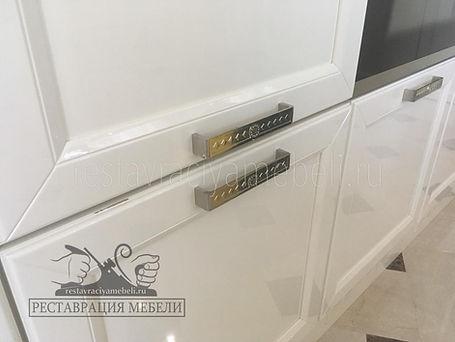 Царапина на белом эмалевом глянцевом кухонном фасаде