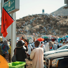 Bilal (3 Week Deluxe Organiser) held his flag high for the group members that wanted to get closer to Jabal Rahma without the fear of losing their way back.