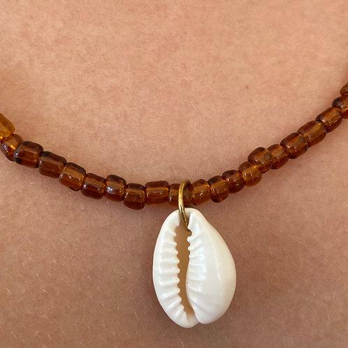 Amberkleurig collier met schelp