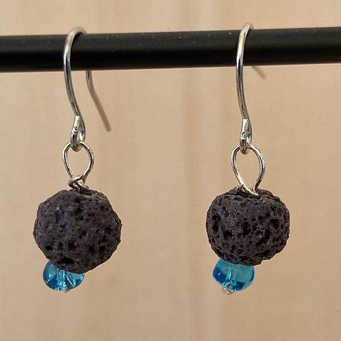 Zilverkleurige oorhangers met zwarte lava parels