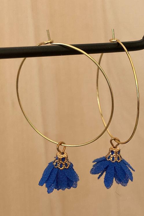 Goudkleurige hoops met blauw bloempje