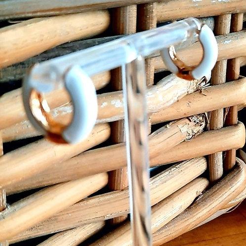 Goudkleurige hoops oorbellen in wit