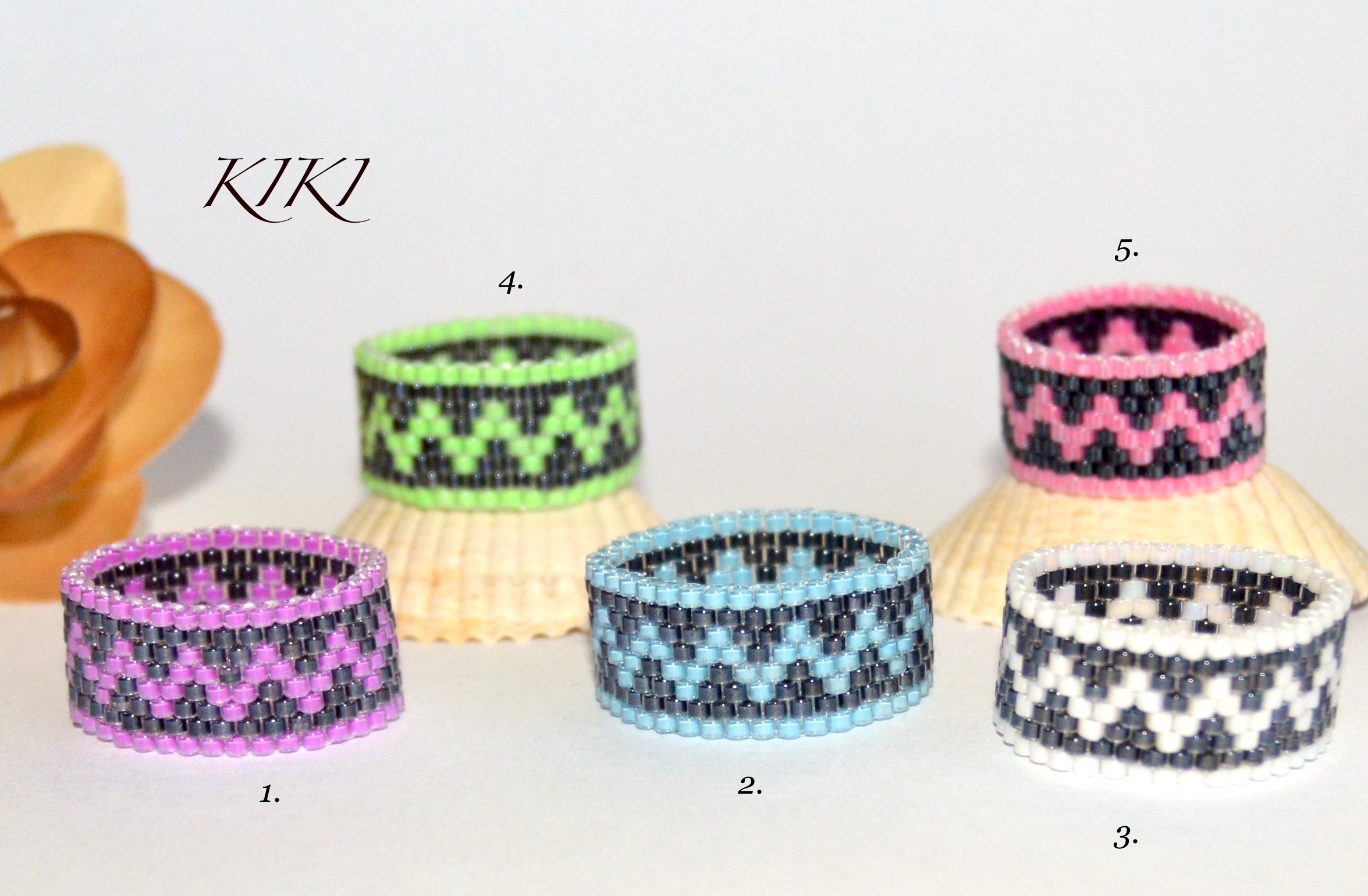 Colorful zigzag rings
