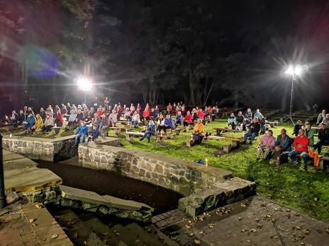 Beetzendorf: ETwa 100 Menschen versammelten sich im Park um mit den Chören mitzusingen.
