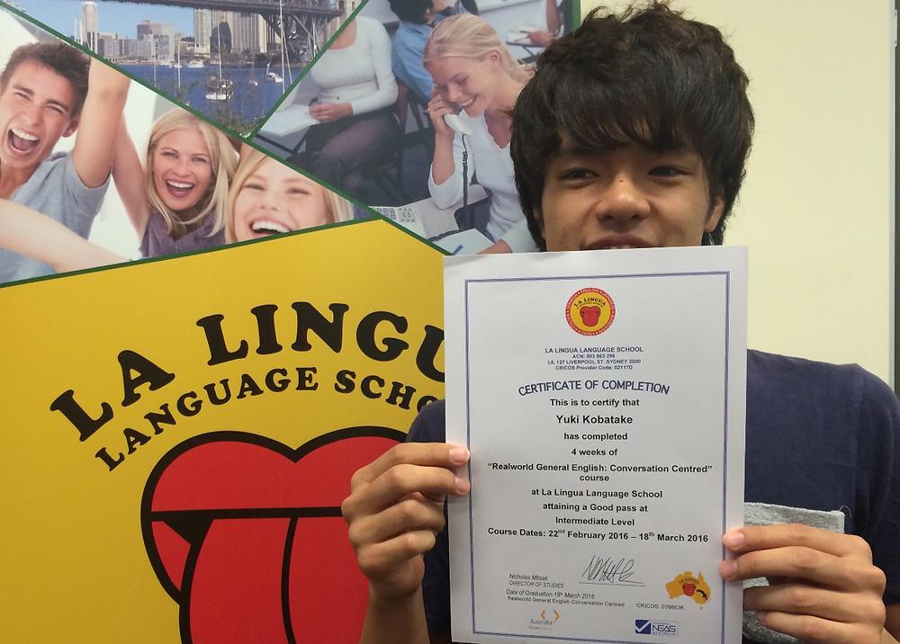 Certificateを持った卒業生 Yuki