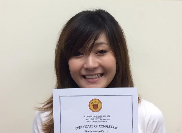 Certificateを持つ卒業生 maya