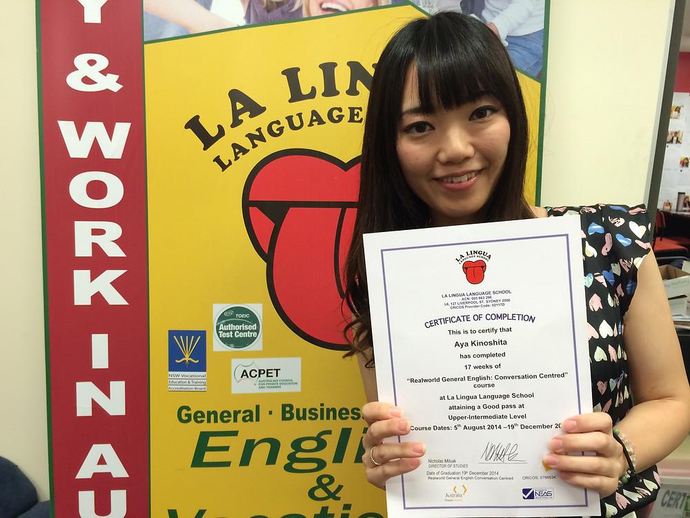 Certificateを持った卒業生 Aya