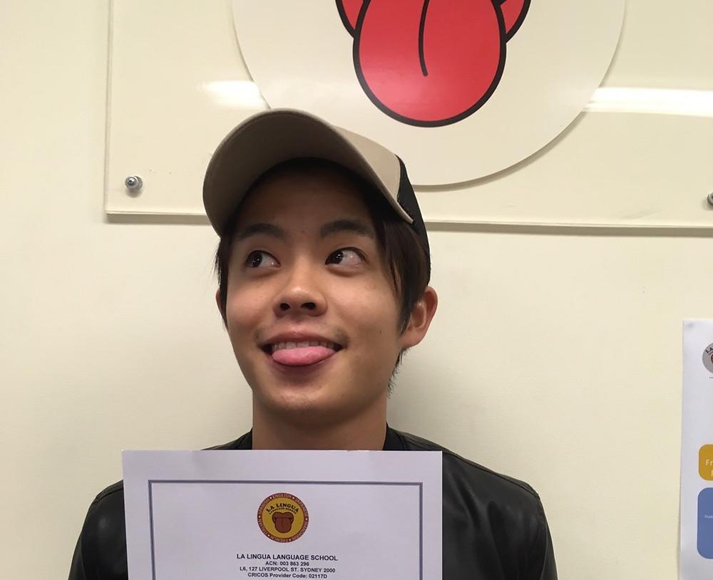 Certificateを持った卒業生 Soshi