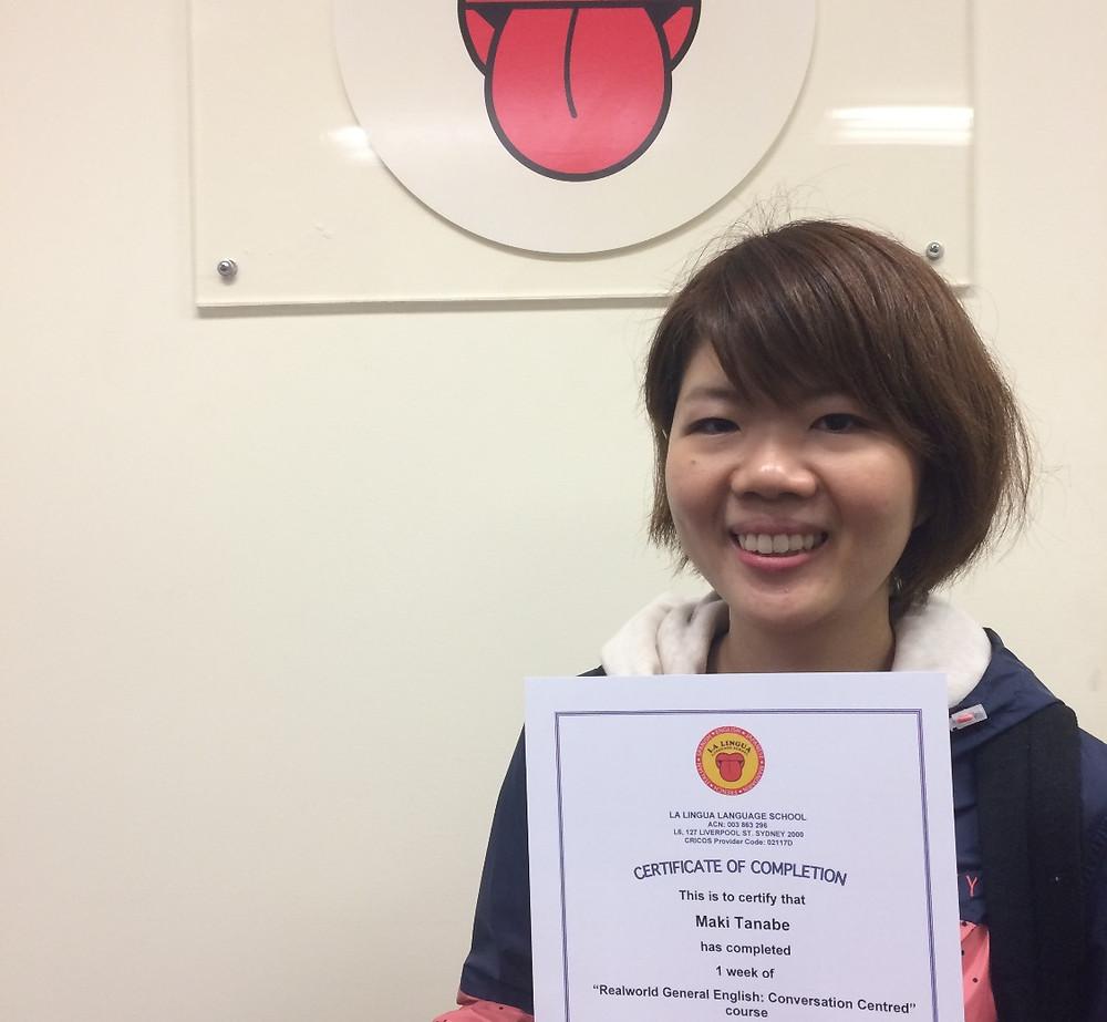 Certificateを持つ卒業生 Maki
