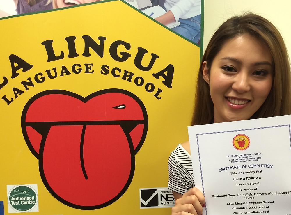 Certificateを持った卒業生 hikaru