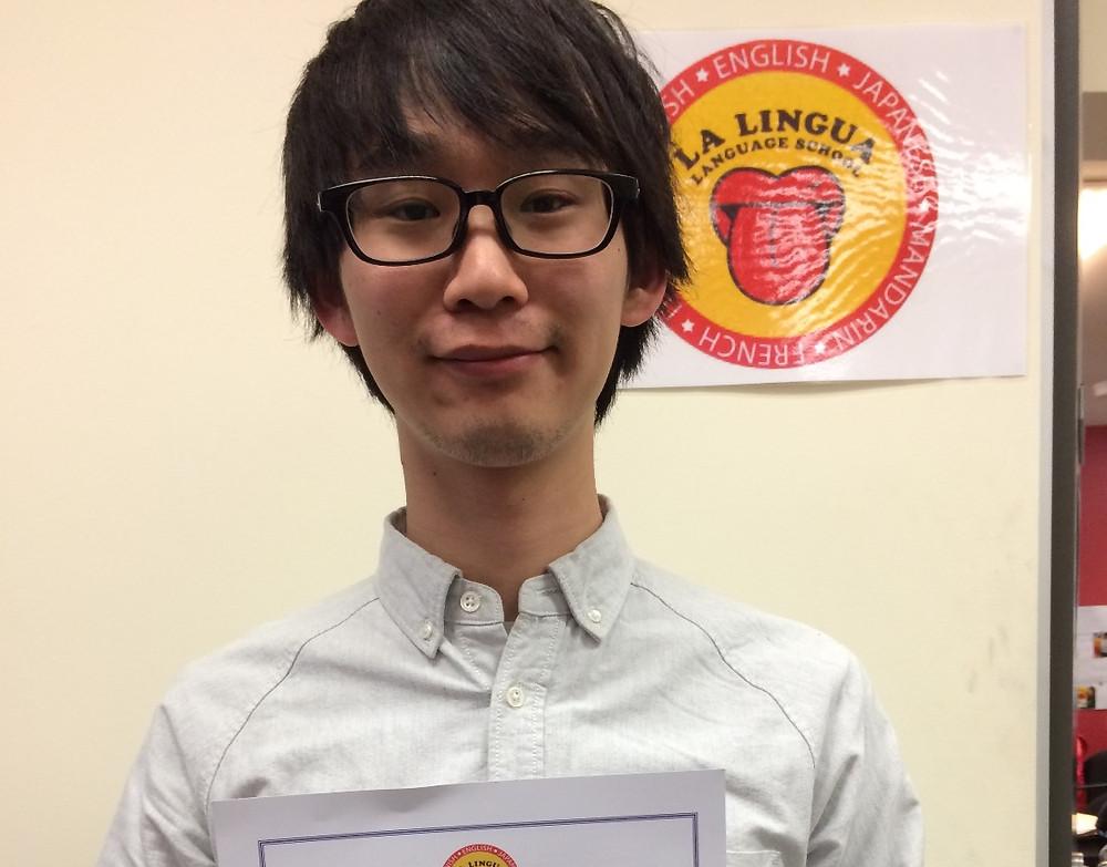Certificateを持った卒業生 taishi