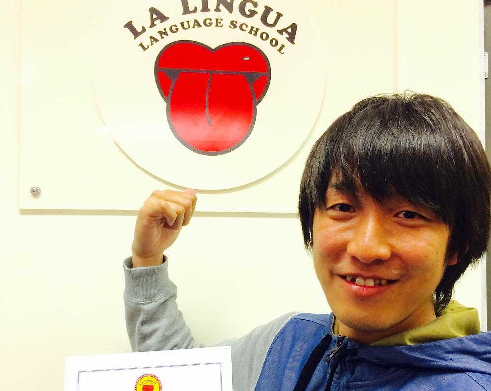 Certificateを持った卒業生 Makoto