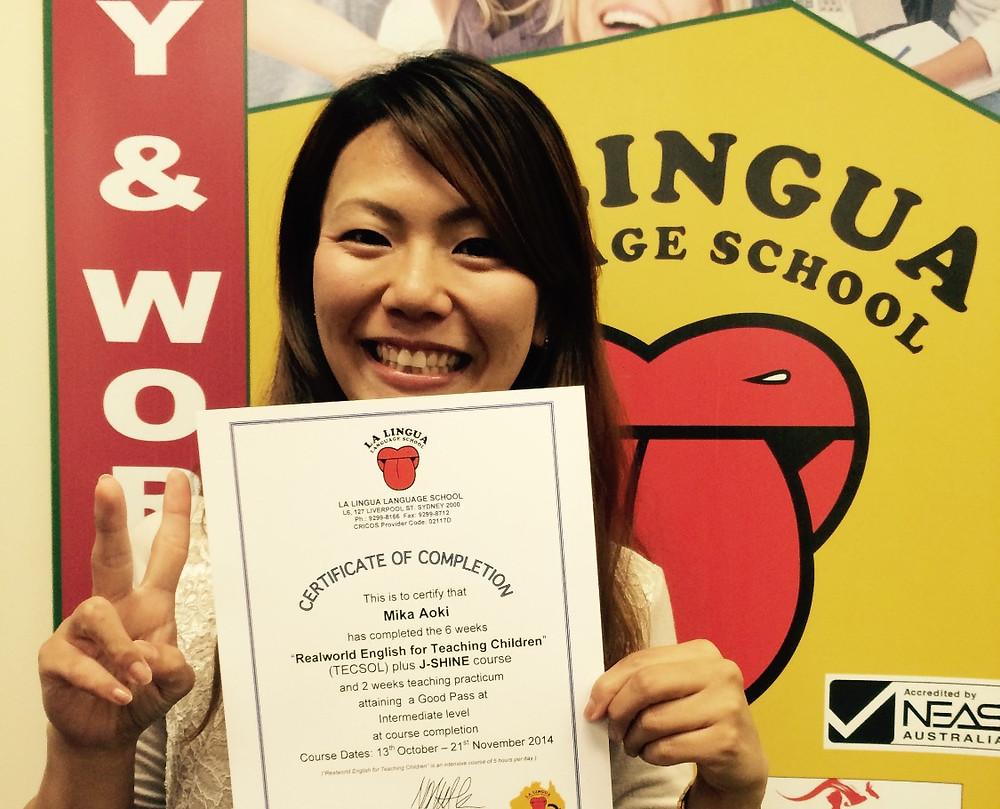 Certificateを持った卒業生  mika