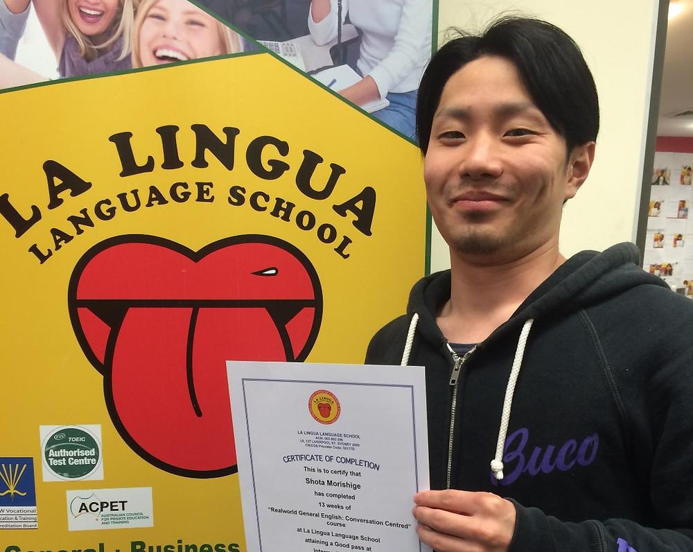 Certificateを持つ卒業生 shota