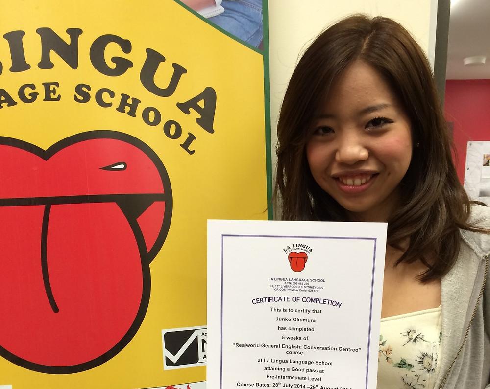 Certificateを持った卒業生 Junko