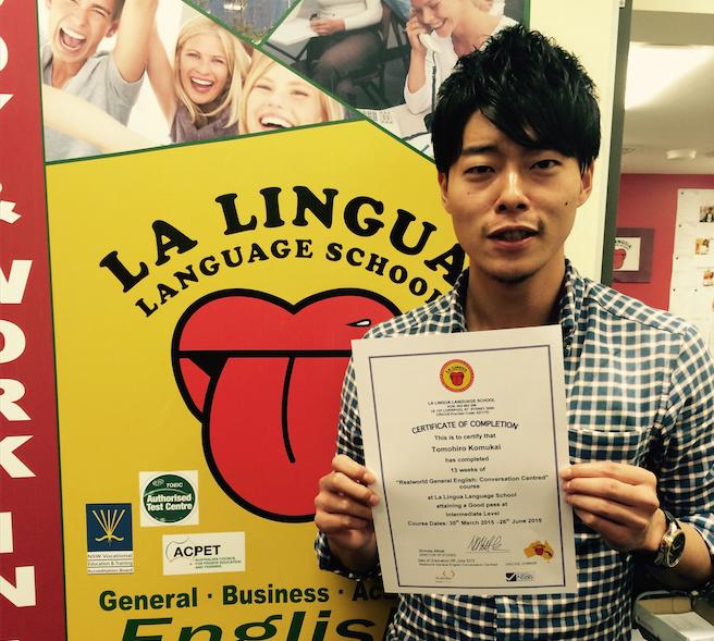 修了書を持った卒業生 Tomohiro Komukai