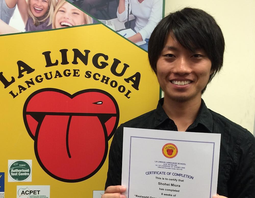 Certificateを持った卒業生 Shohei