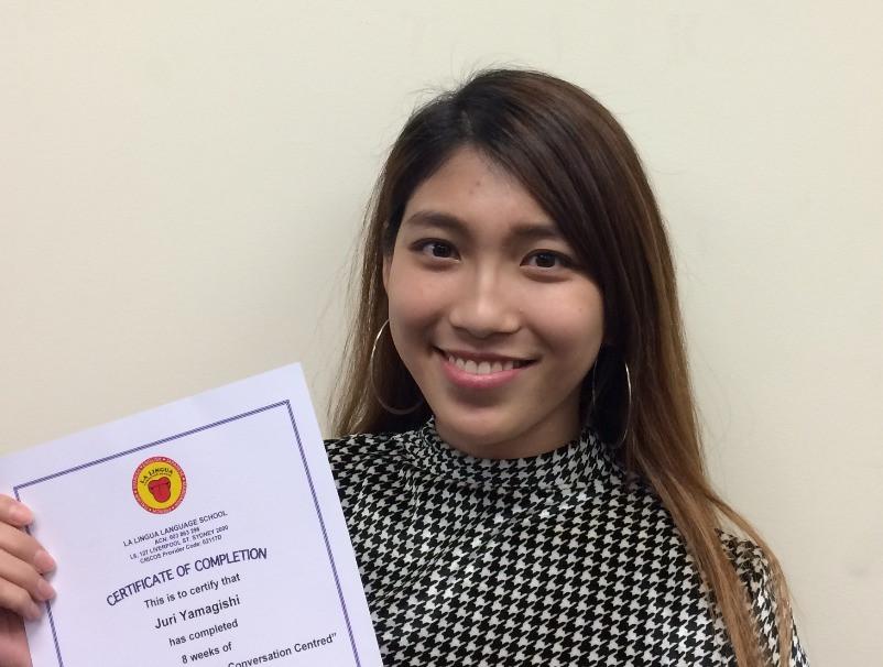 Certificateを持つ卒業生 Juri