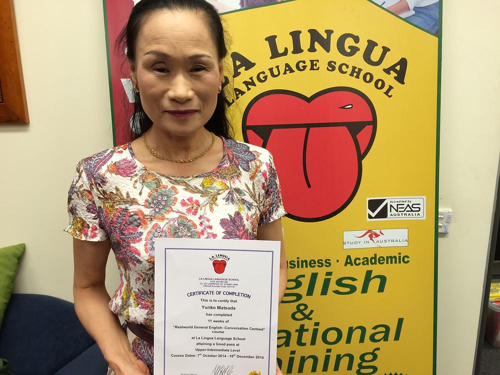 Certificateを持った卒業生 Yuriko