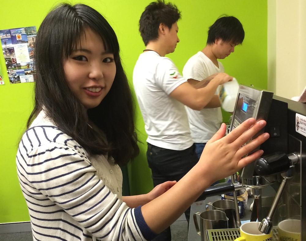 コーヒーを作る生徒 marina