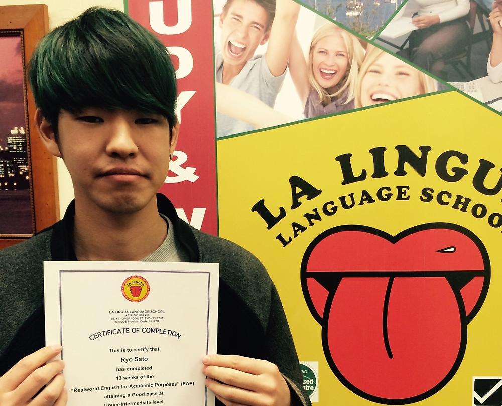 Certificateを持った卒業生 rs