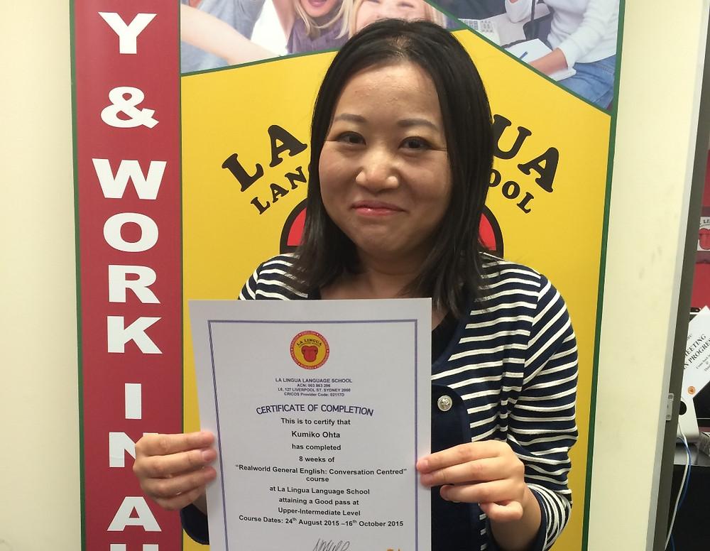 Certificateを持った卒業生 km