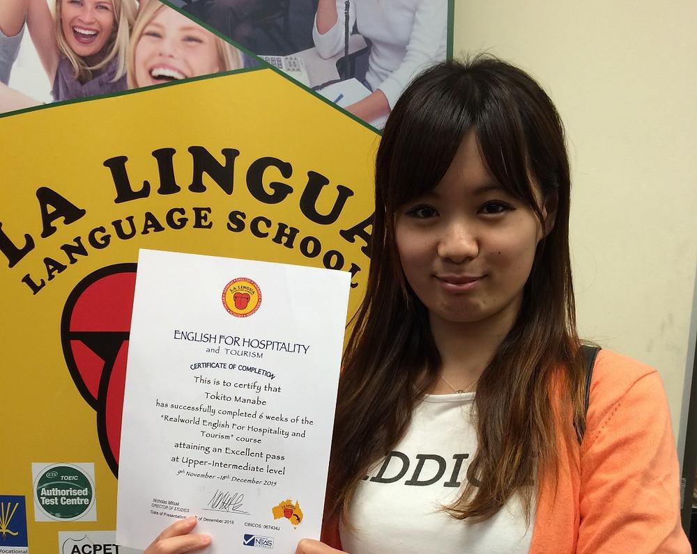 Certificateを持った卒業生 yuka