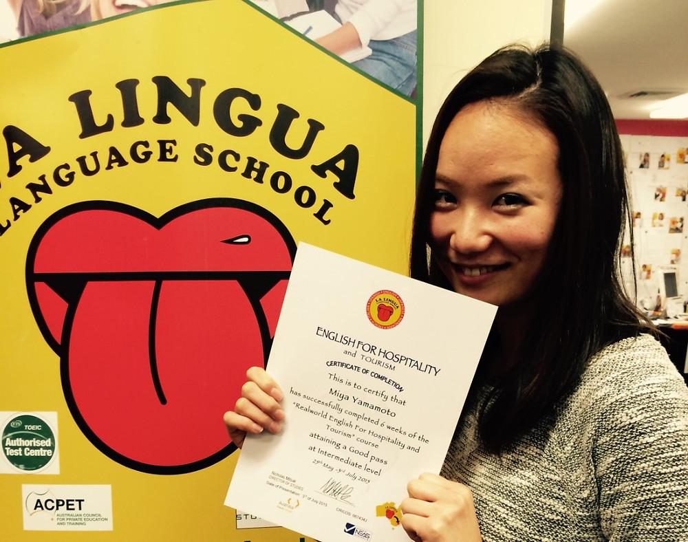 Certificateを持つ卒業生 Miya
