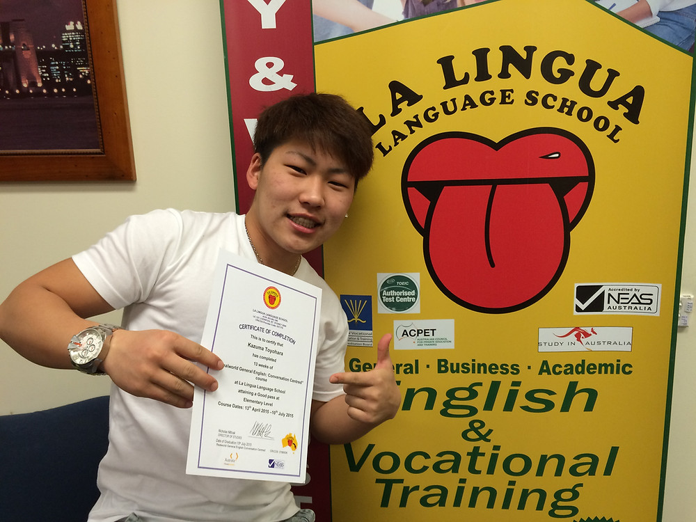 Certificateを持った卒業生 kazuma