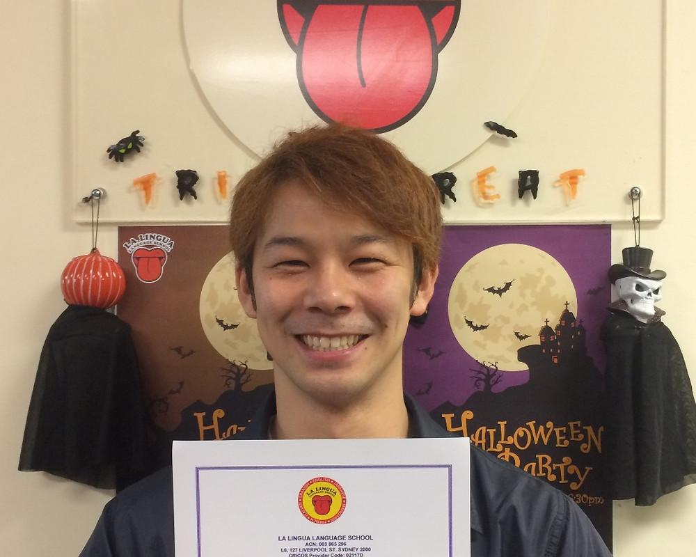 Certificateを持った卒業生 Yuya