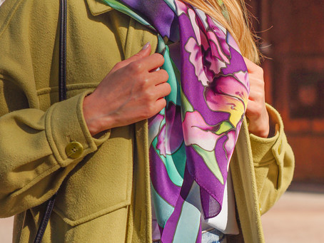 Изящные ирисы в шелковом платке ручной работы