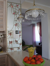 Витражное зеркало на стене