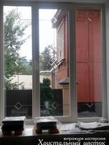 Бевелз-витраж на окне