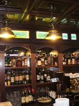 витражные вставки над барной стойкой