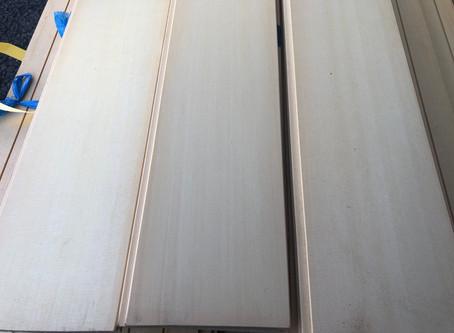 リビングや寝室の壁に、クリーンな木目が美しい「米ツガの羽目板」入荷しました