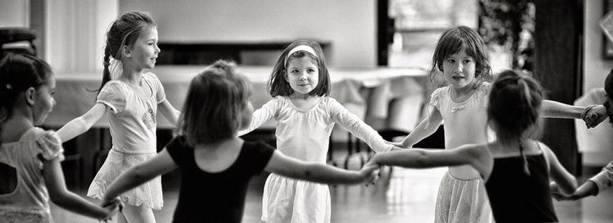 Een kring met kinderen. Kinderen hun ouders hebben soms opvoedhulp nodig.