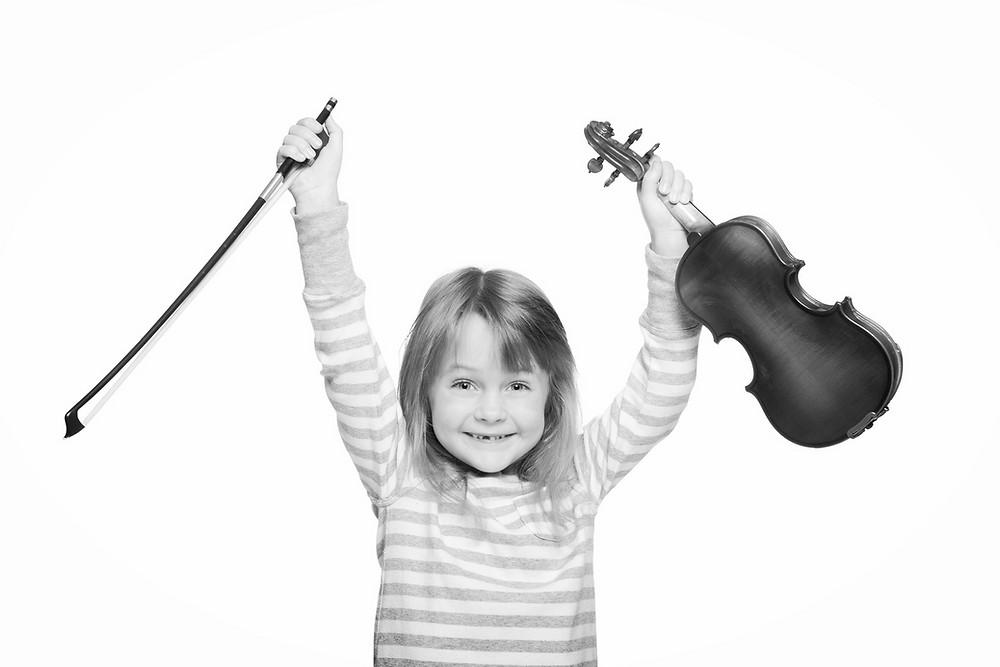 een meisje met viool omhoog gehouden