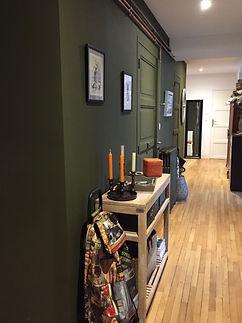 VA Décoration - Entrée appartement décoration mur vert parquet